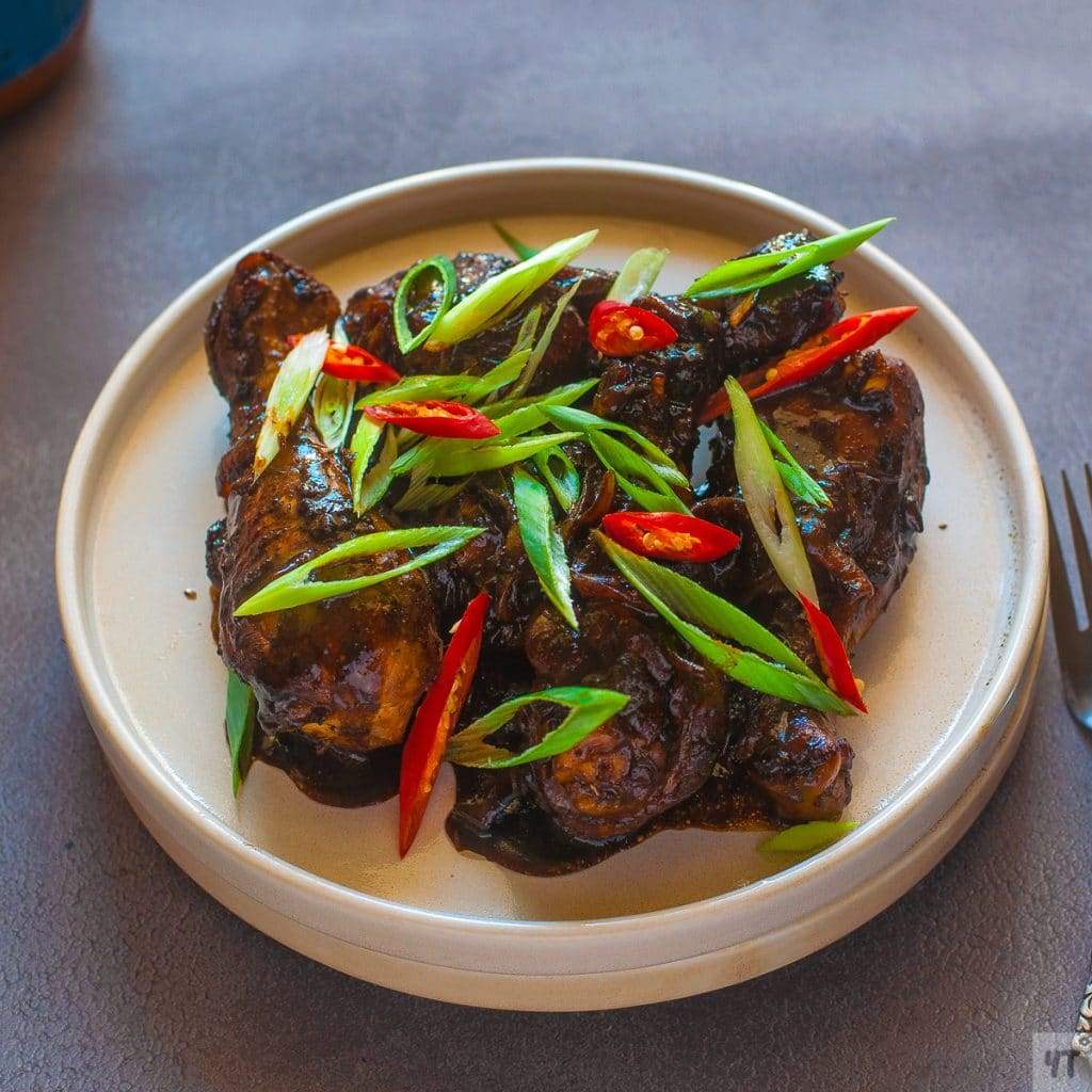 Easy Filipino Adobo Chicken - Chicken in a sweet and spicy glossy sticky sauce made with soy sauce, vinegar and brown sugar. #chicken #adobochicken #filipino